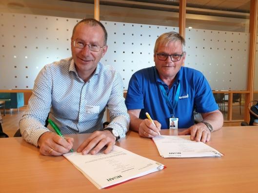 Egil Solheim i Noah AS (t.v.) og Erling Ekeren i Hæhre Entreprenør AS signerte avtalen.