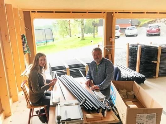 STIKKELAGER: Brøytestikkene er lagret i garasjen til oppfinner Peder Kr. Strømsvåg som sammen med samboer Marleen Vlieland monterer spissene på brøytestikkene.