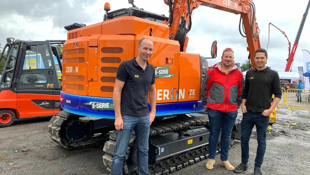 SKAL LEVERE ALT: Lars Sørby (f.v.) i Sørby Utleie har fått i oppdrag å skaffe maskiner til det utslippsfrie prosjektet i Oslo. Her med kollega Martin Authen (t.h) og Nasta-selger Sjur Wethal (midten). De står foran Nastas første betteridrevne gravemaskin, en Zeron ZE85.