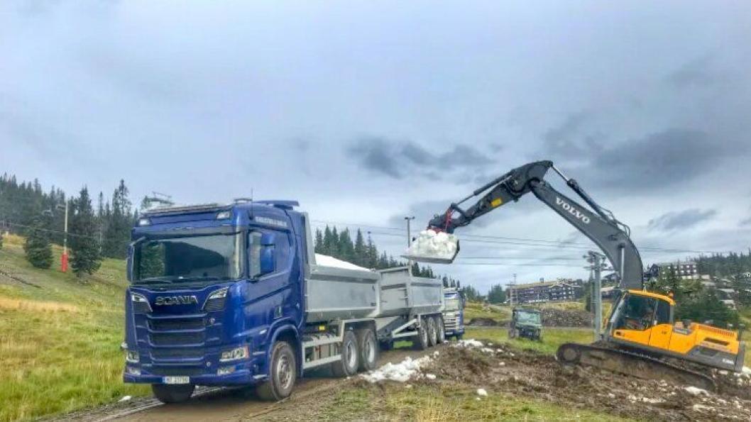 Lasting av snø på Kvitfjell i i Oppland.