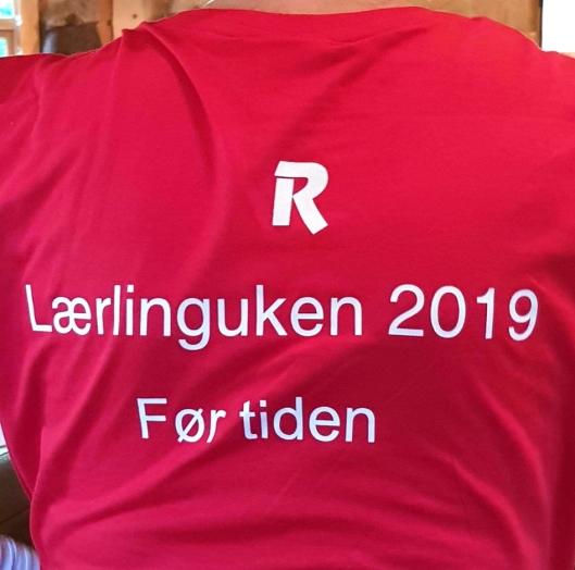 Lærlingene satt klare i fem minutter før Bjørn Risa skulle informere dem. Dermed ble det trykket opp t-skjorter med slagordet «Før tiden» til alle.