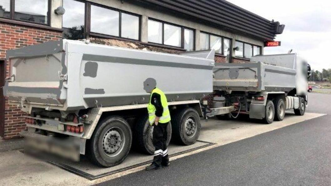 DEN DRØYESTE OVERLASTEN: Verstingen hittil, er en lastebil og henger med 13,5 tonn overlast – noe som resulterte i kjøreforbud og et vektgebyr på 65.000 kroner.