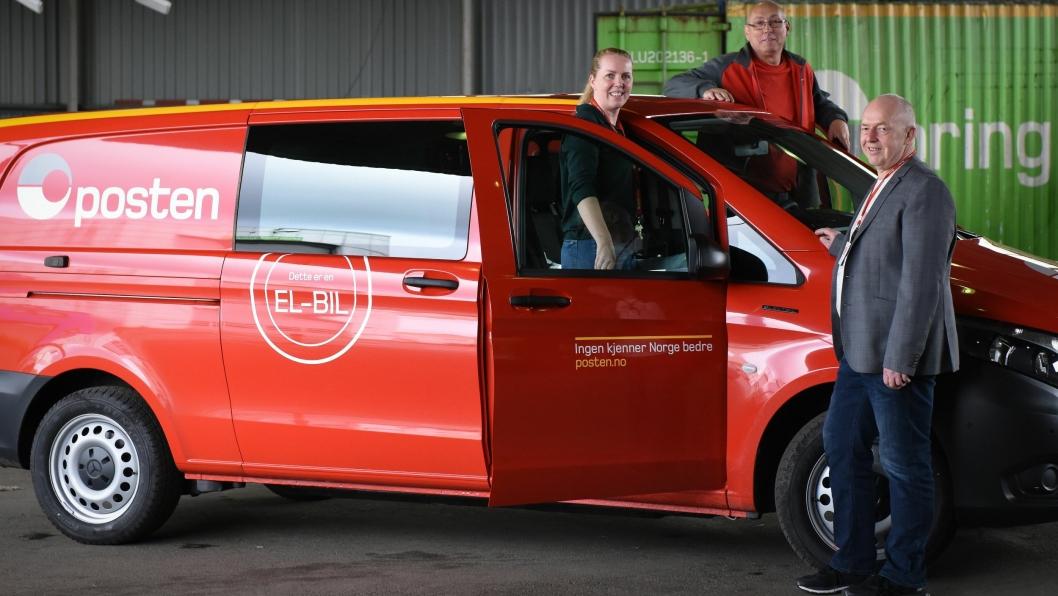 Distribusjonsleder Ellinor Andreasson ved Vollebekk, nestleder Geir Bjerke og Trond Nilsen, kjøretøyansvarlig divisjon Post med den nye Mercedes eVito.