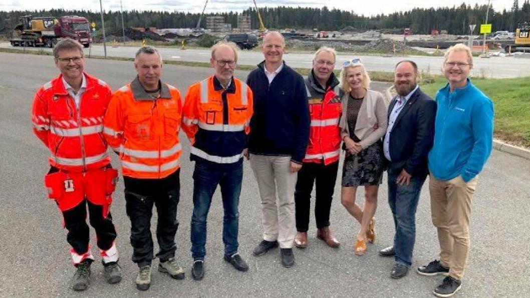 Tidligere samferdselsminister Ketil Solvik-Olsen kom på besøk for å høre om status på prosjektet. Han var meget fornøyd med det han fikk høre. Her er han flankert av f.v. assisterende prosjektleder i vegvesenet, Arne Meland, daglig leder i Hedmarksvegen AS, Morten Wangen, prosjektdirektør i Skanska, Ketil Sand, prosjektleder i Vegvesenet, Taale Stensbye og Frp-politikerne Helle Jordbræk, Truls Gihlemoen og Tor-André Johnsen.