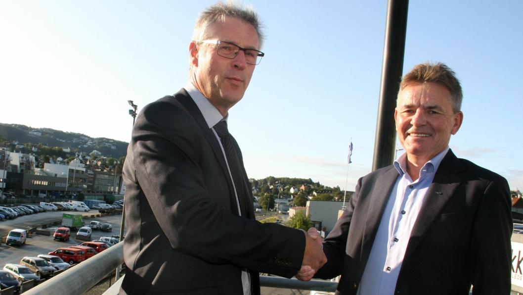 Prosjektdirektør Roger Skoglie (t.v.), Bybanen Utbygging og regionssjef Henning Simonsen i NCC signerte kontrakten.