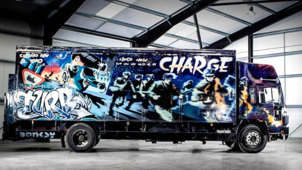 Selvkjørende kunstverk: Volvo FL6 (1988) Turbo Zone Truck (Laugh Now But One Day We'll Be in Charge). Signert Banksy.