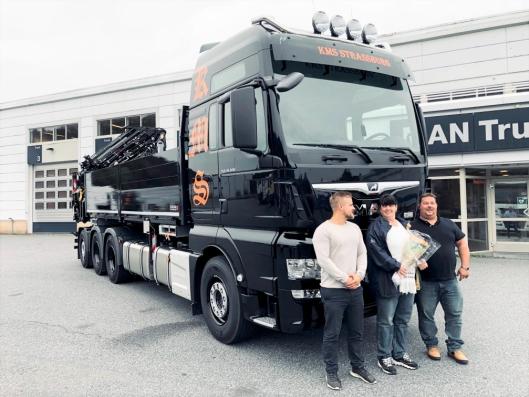 Fra overleveringen av den nye kranbilen til KMS Strassburg. F.v: Sjåfør og kranoperatør Kevin Strassburg, økonomiansvarlig Jana Strassburg og innehaver og daglig leder Dirk Strassburg.
