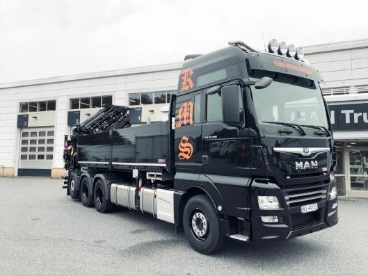 Den nye kranbilen til KMS Strassburg tøff å se på og ikke blant de minste bakmonterte kranbilene i kongeriket Norge.