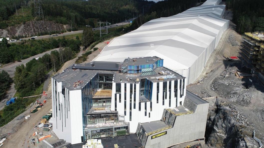 Det 50.000 kvadratmeter store prosjektet  SNØ omtales som ett av de mest innovative kommersielle prosjektene som er blitt gjort i Norge noensinne. Fasadearbeidene, som er utført av selskapet Eiqon,  ble en av største utfordringen på anlegget i og med at fasaden skrår innover uten noen rette 90 graders vinkler.