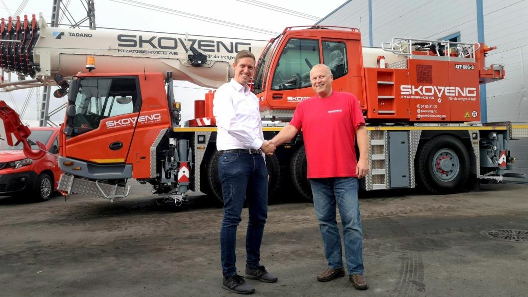 Selger Stian Baksvær (t.v.) hos Knutsen Maskin AS overleverte den første av to Tadano ATF 60G-3 mobilkraner 30. august til Skoveng Kranservice, ved daglig leder Lars Chr. Steen.