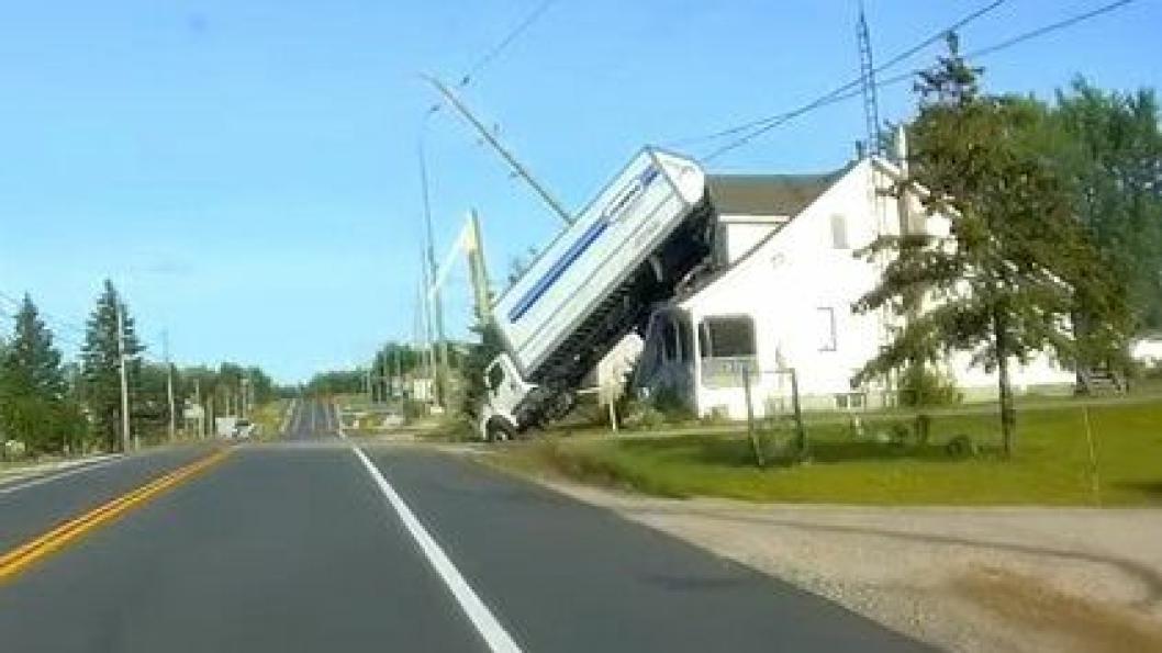 Lastebil pa hus i Canada