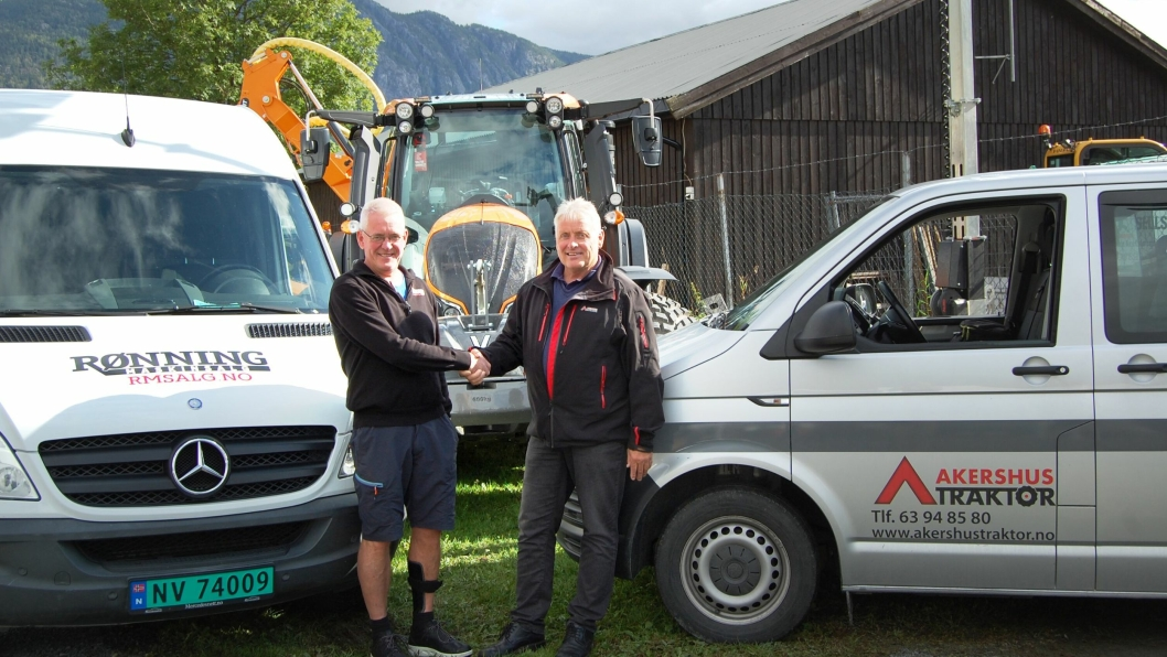 Fra venstre: Bjørn Åge Rønning (daglig leder i Rønning Maskinsalg AS) og Ole Hveem (daglig leder i Akershus Traktor AS) er godt fornøyd med avtalen.