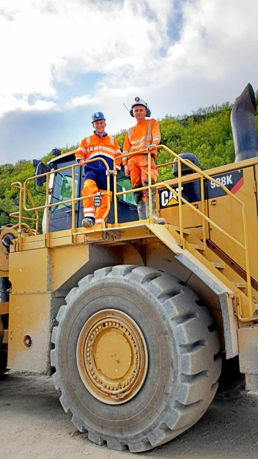 Roar Lindalen (t.v.) er fagansvarlig for underjordsmaskiner i Skanska. Det er han som bestilte ombygning av 988K-en.