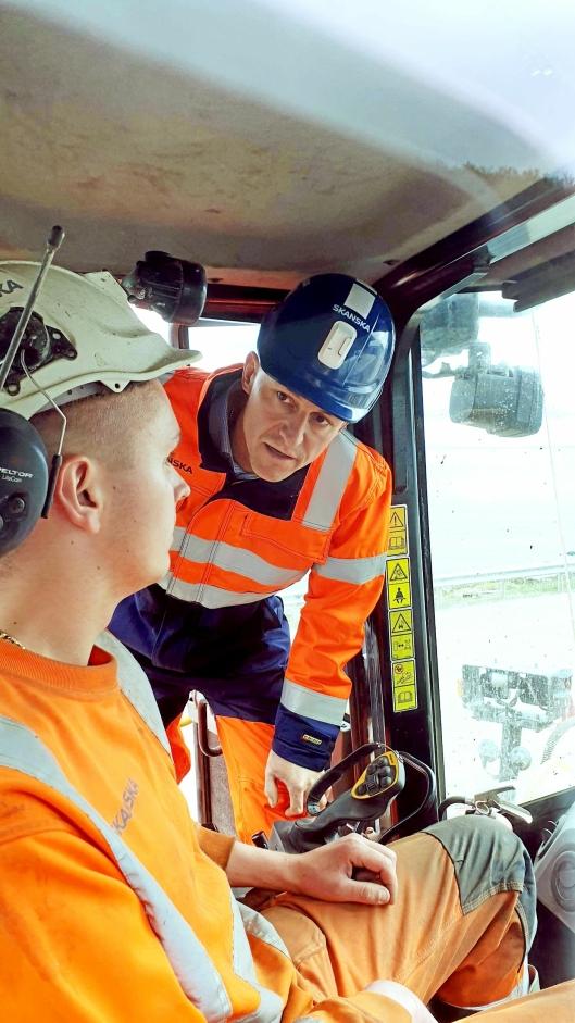 Prosjektleder Jon Einar Holum fra Pons avdeling for spesialprodukter på inspeksjon hos Kjellmann i den ombygde maskinen.