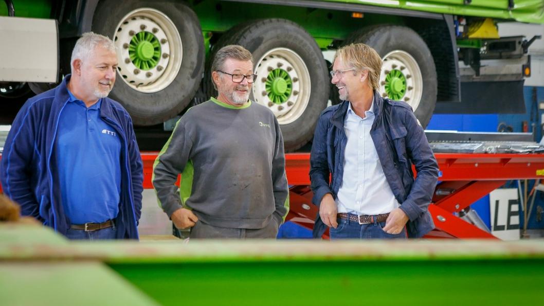 HYGGELIG PASSIAR: Bring Warehousing og Truck & Trailer har hatt et meget godt forhold helt siden 80-tallet. Reparatør Stein Martinsen husker godt når Bakke og Stenersen var helt ferske i firmaet. Fra venstre:  Harald Bakke, Stein Martinsen og Øyvind Stenersen.