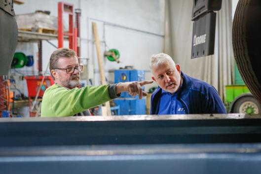 INSPISERER: Stein Martinsen i Bring Warehousing gir Harald Bakke i TTI en rask orientering.