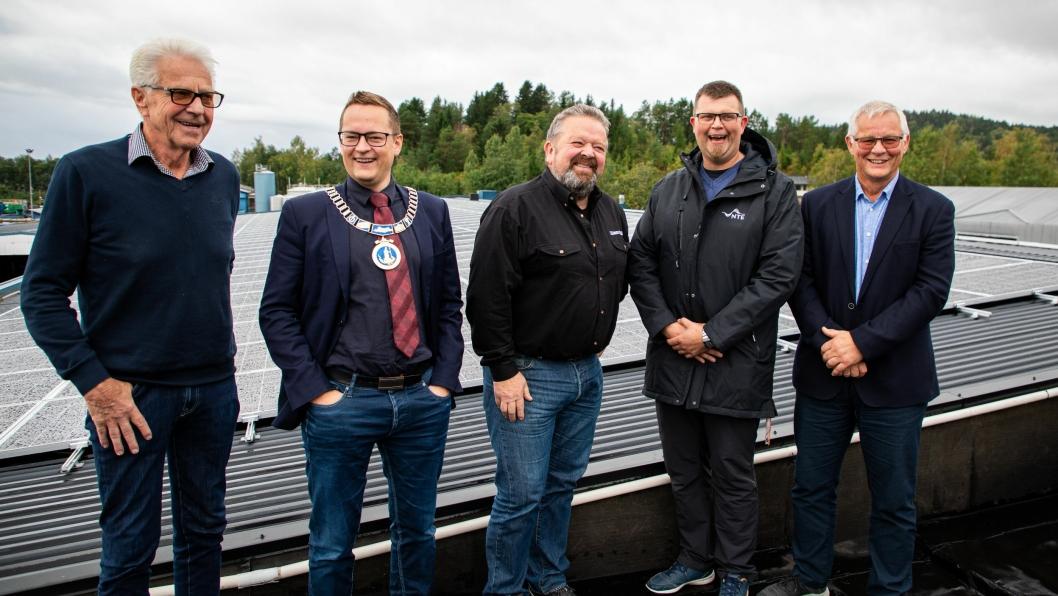 Fra venstre: Sverre Myrvold (Børstad-eier), Ivar Vigdenes (ordfører Stjørdal), Trond Overvik (prosjektleder Børstads Transport), Håvard Lutdal (prosjektleder NTE), Per Arne Aasen (daglig leder Børstad). De står foran panelene på et av takene.