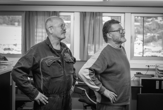 VETERANENE: Hans Petter Dalen og Stein Martinsen har til sammen jobbet i 68 år i skur 89. Martinsen fyller 67 år om kort tid, og begynner å gjøre seg klar til pensjonisttilværelsen.