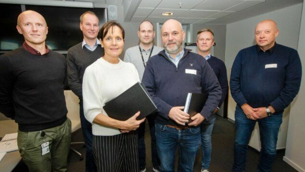 Fra venstre: Prosjektleder Jens-Ivar Nilsen, kontrollingeniør Geir Magne Tyssebotn, fungerende regionvegsjef Tone Oppedal, byggeleder Jørn F. Simonsen, daglig leder Ole Petter Flage, prosjektleder Erik Flage og anleggsleder Egil Ørnes i Flage Maskin.
