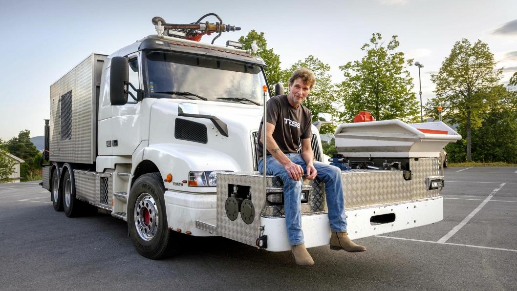 SELVBYGD: Audun Ljosnes har brukt tre år på å bygge sin egen betongsprutebil.