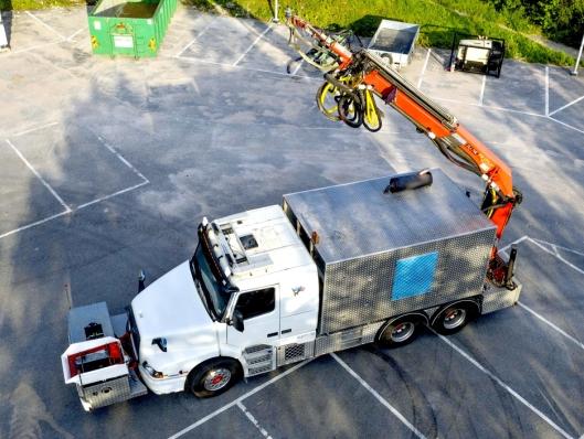 STANDARD KRAN: Kranen bak på betongsprutebilen til Audun Ljosnes en stykkgodskran for jernbanebruk levert av Palfinger.