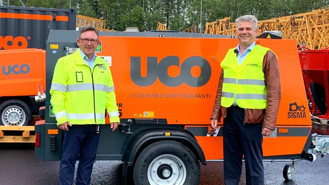 Adm. direktør Jostein Stormo i UCO (t.v.) og adm. direktør i Kaeser Kompressorer AS, Egil Krokan ved nye UCO-profilerte Kaeser-kompressorer.