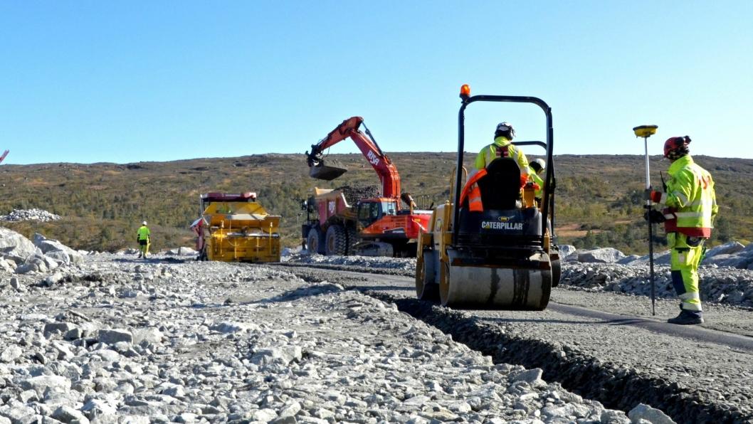 Her vises den solide asfaltkjernen som legges inne i demningen.