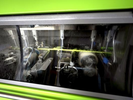 Inne i denne maskinen fra østerrikske Wintersteiger, skjer slipingen av alpinskiene. Dette er presisjonsarbeid som er avgjørende når det bare er hundredeler som skiller mellom utøverne.