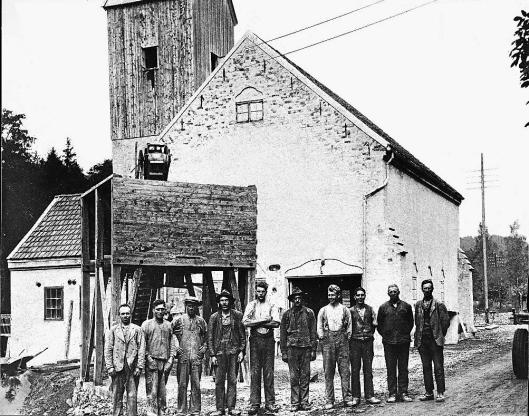 ARBEIDSKARER: Den gamle kalkmølla ved Franzefossen sto ferdig i 1919. Det var da anlagt dam, turbinrenne med turbin og generator for kraftforsyning.