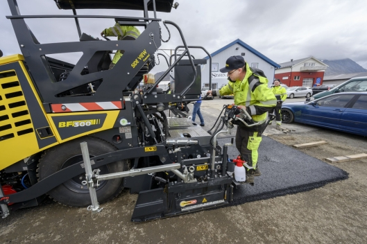 I GANG: Remi-Andre Brun har aldri jobbet med asfaltlegging før, men fikkfort tak på nivelleringen av screenden.