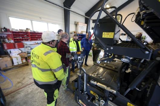 OPPLÆRING: Bare to mann hos Staven Grus har erfaring fra legging av asfalt. Alle fikk en grundig innføring i utleggeren fra Hesselberg Maskin som har levert utstyret.