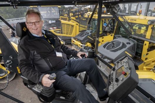 NYTT PANEL: Jan Ove Laugerud sitter i den nye førerstolen på BF700-utleggeren hvor all styring av maskinen gjøres fra stolen.