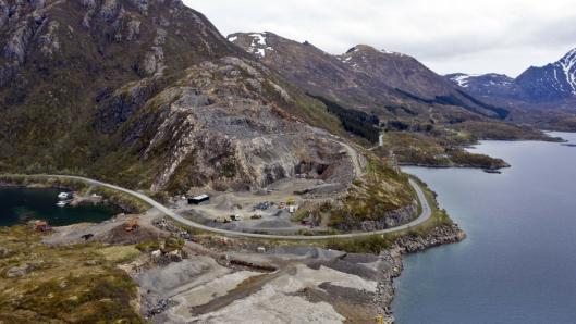 PLANER: Det er fortsatt mengder av stein å ta av i bruddet til Staven Grus, men de har også planer om å utvikle næringseiendom på sjøsiden av steinbruddet.