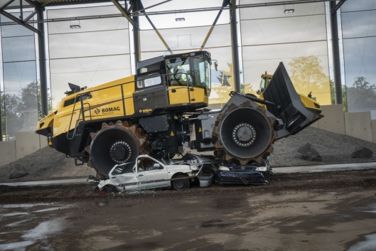 KNUSER: Søppelkomprimatoren på 55 tonn gjør fort kål på et par franske biler.