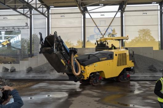 MINDRE FINSTØV: De nye transportbåndene på Bomags store freser reduserer finstøvet som virvles opp med 80 prosent.