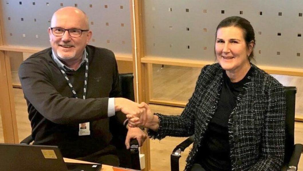 Administerende direktør Ingrid Dahl Hovland og daglig leder Gudmund Roen i Hæhre Entreprenør signerte kontrakt for bygging av sju kilometer ny, E39 i Mandal, samt seks kilometer med ny tilførselsvei fra E39 til Mandal by.