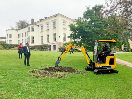Etter presentasjonen hoppet Rosendal Maskins Olav Hauer inn i maskinen og gravde opp en rot på plenen foran ambassadørboligen.