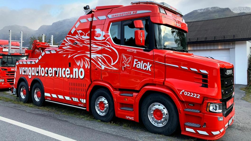OPPSIKT: Selv de som ikke bryr seg om lastebiler, titter en gang eller to ekstra når de ser Vang Auto-Services nye Scania snutebil.