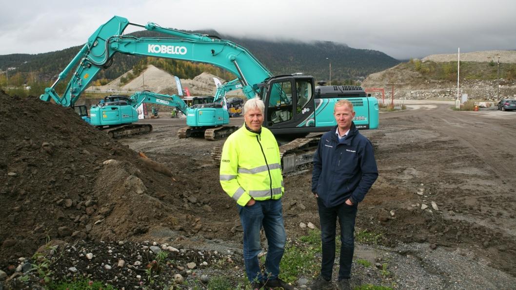 Jon Ølstad (t.v.) og Stig Vang, Beck Maskin AS, var på plass på maskin-demo'n på Ryggkollen i Mjøndalen, her foran 32-tonneren Kobelco SK300LC-10.