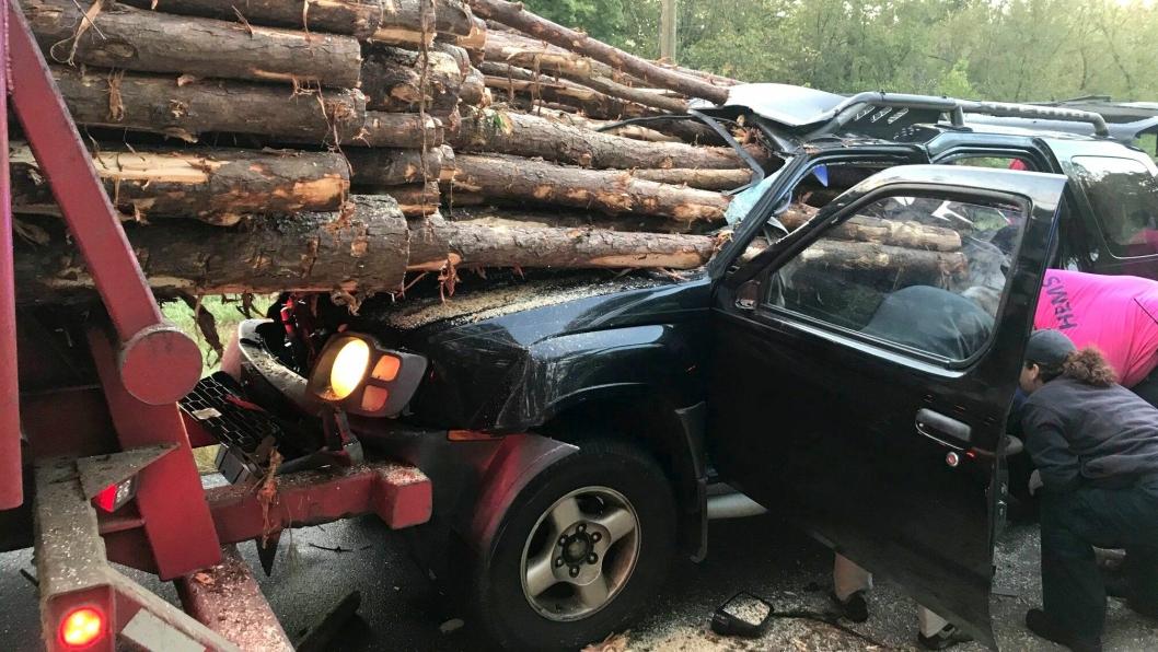 Dette gikk mye bedre enn man skulle tro ut fra bildene: Sjæføren av personbilen slapp unna den stygge ulykken med mindre skader.
