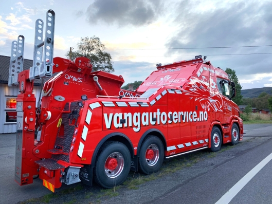 SCANIA OG VANG AUTO-SERVICE: Det hersker ikke tvil om verken lastebilmerke eller firma når man ser den nye bergingsbilen.