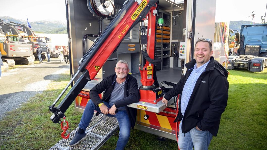 På Dyrsku'n 2019 viste Hans Stangeland (t.v) og Bernt Egil Wetteland fra Paltek en ny skid som kraner montert inne i servicebiler kan stå på.