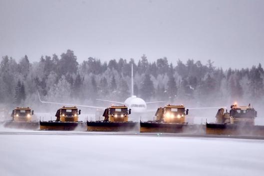 Brøytemannskapene er klare og «sunt spente» før årets vinterens første snøfall som krever brøyting på OSL Gardermoen. Bilde fra tidligere vintersesong.
