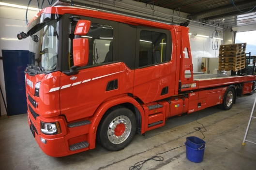 DOBBELTKABIN: I samarbeid med Scania bygde Vang Auto-Service denne Scania G370-en med CrewCab. Det gir plass til fem passasjerer. Nå skal den gå i Nord-Norge.