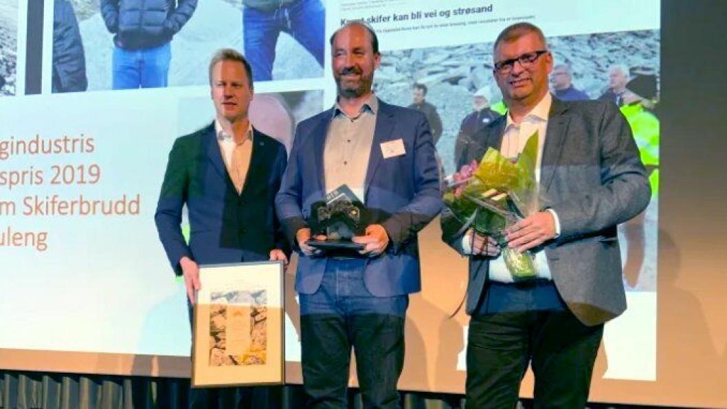 Vinner av Natursteinprisen 2019 Jon Suleng (i midten), Palmer Gotheim Skiferbrudd AS, fikk overrakt prisen fra Petter Bye (t.h.), Oppdal Sten AS, og Thor-Anders Lundh Håkestad.