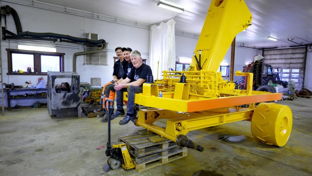 PÅ VEI: Øyvind Melby (t.v.), Trond Erik Melby og Yngve Johansen har lagt ned mange timer på denne Brøyt X20'en. Etter sommeren startet monteringen av maskinen.