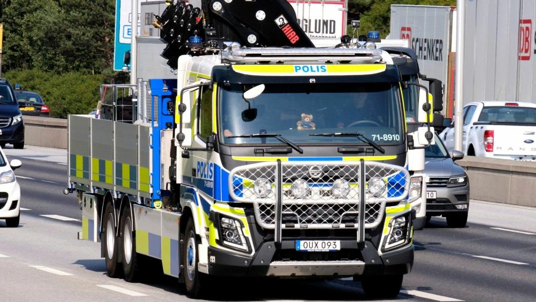 Denne kranbilen, en Volvo FMX460 med Hiab X-HiPro 418-kran, er et utrykningskjøretøy i svensk politis tjeneste. Den er godt synlig i trafikkbildet i Sverige. Den kan ha en toppfart på 120 km/t når den kjører utrykning.
