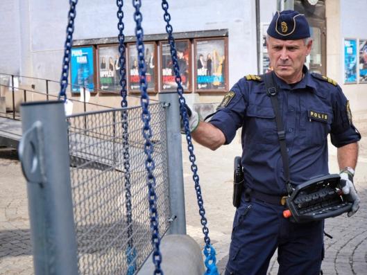 Kombinasjonen krankontroll og pistol er temmelig uvanlig blant kranbilførere. Men så er Hans Larsson også kranbilfører i andre rekke. Først og fremst er han politi.