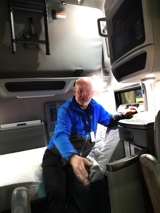 Det er skikkelig campingbilfølelse å komme inn i VNL-en fra 2018. Her viser en av Volvos representanter på messen, Torstein Magelssen, komfortable senger, kjøleskap og mikrobølgeovn med mer i volum-førerhuset.