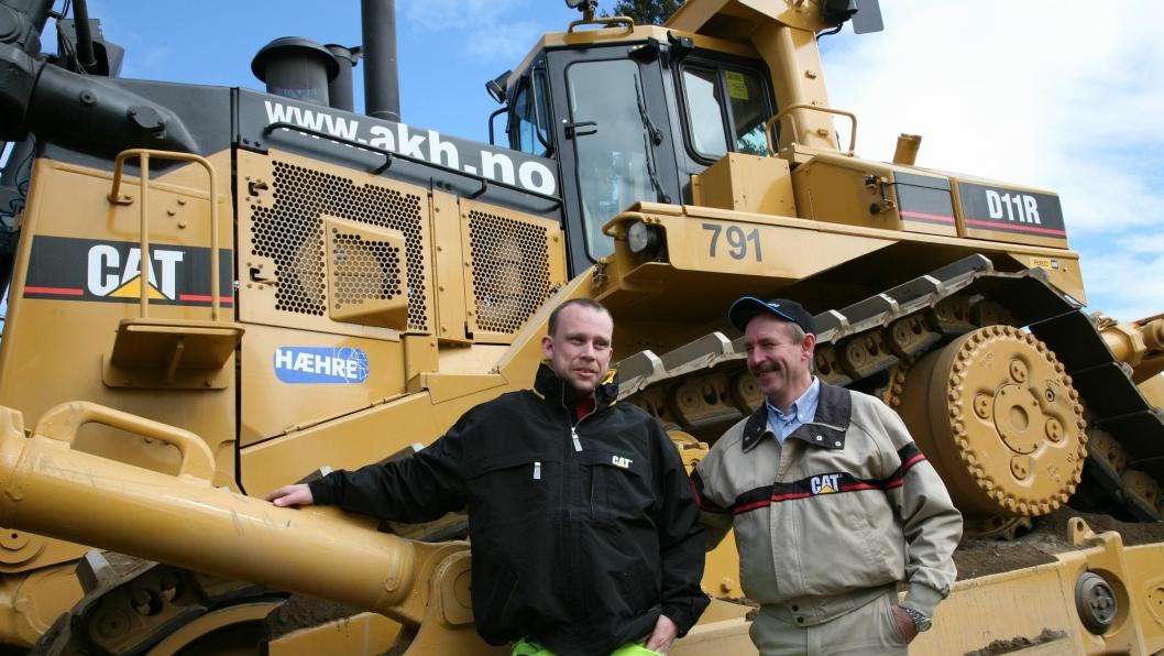 «Husmoras» faste fører, Espen A. Holte (t.v.), sammen med svenske Mikael Hägglund som er førerinstruktør for Caterpillar.